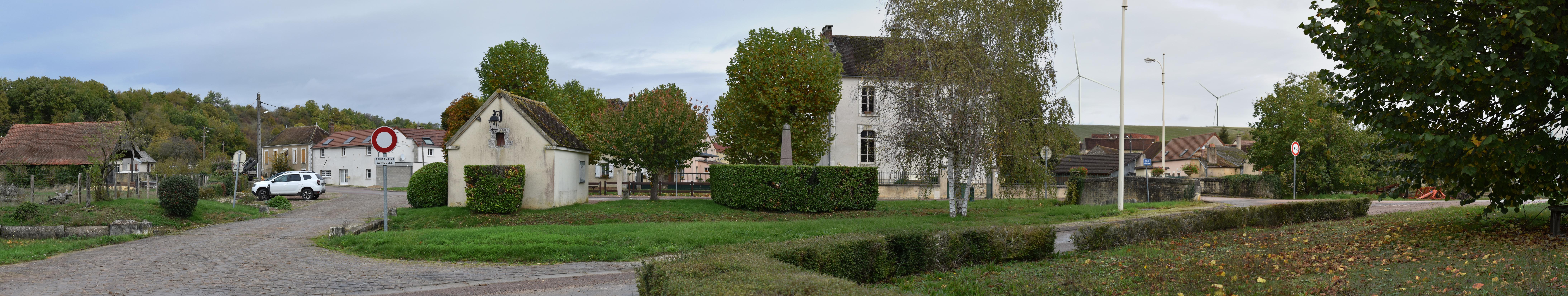 Vézannes - Coeur du village (photomontage à 1,4 km de l'éolienne la plus proche)